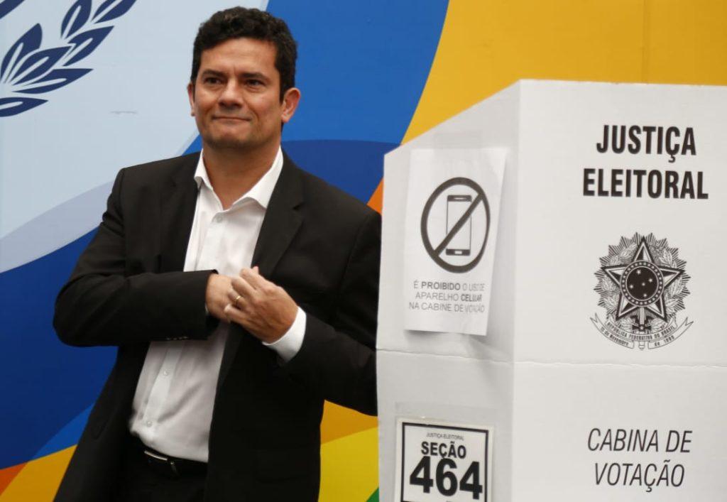 """""""Hoje é dia dos políticos"""", diz Sergio Moro ao votar sob aplausos em Curitiba"""