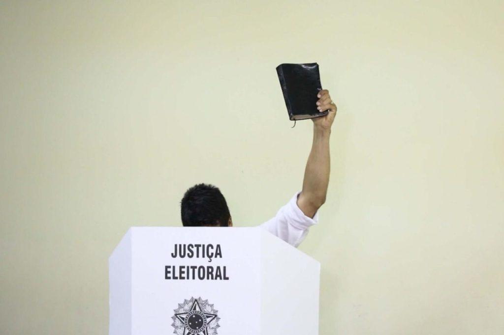 Cabo Daciolo ajuda cadeirante a votar e garante vitória, com 1% nas pesquisas