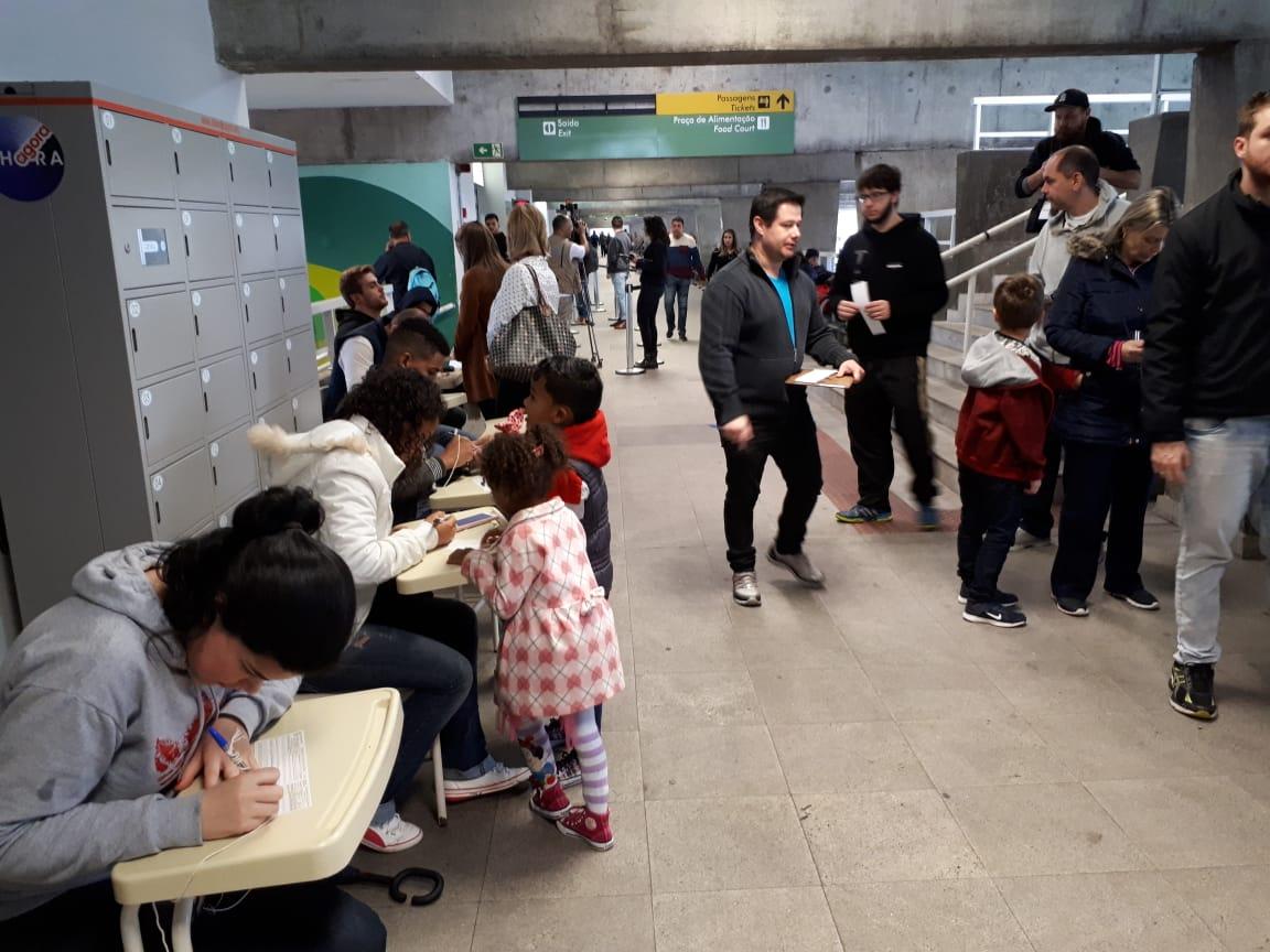 Pessoas fazem fila para justificar voto na Rodoviária de Curitiba