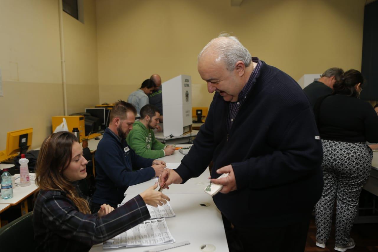 Prefeito Rafael Greca Vota em Curitiba