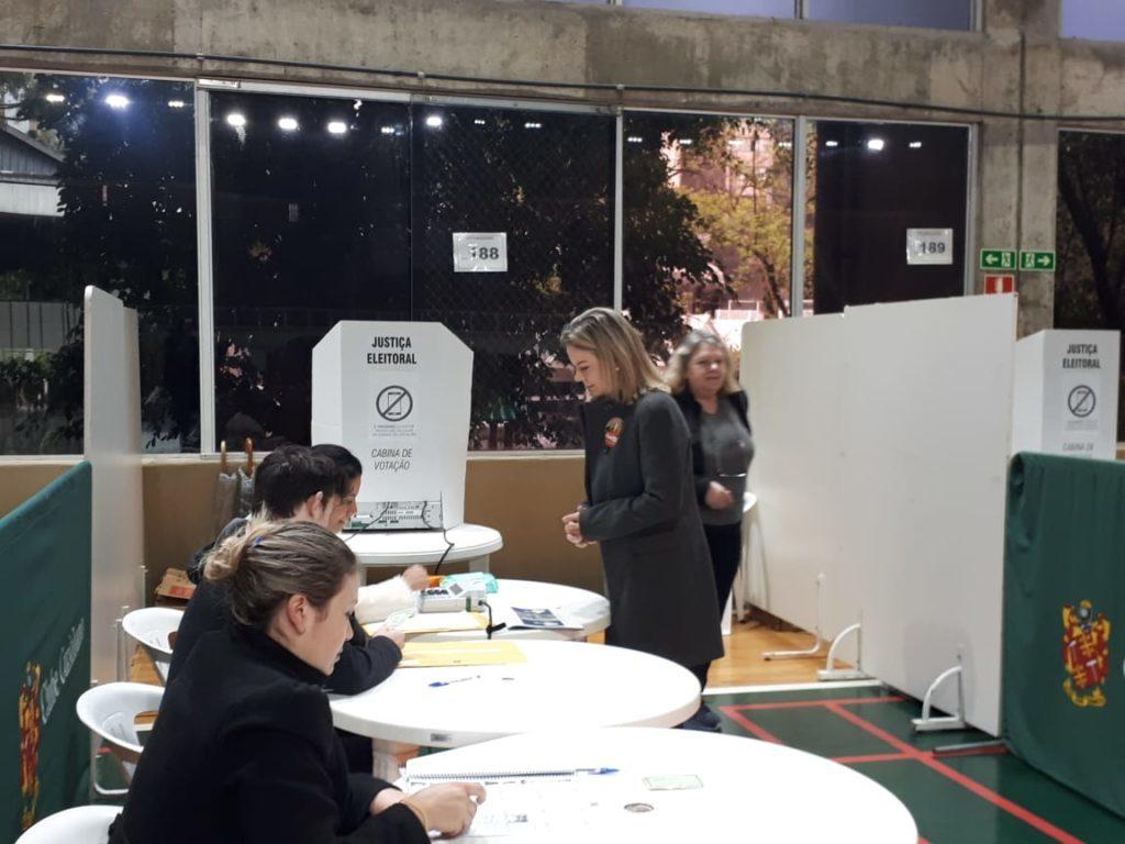Gleisi Hoffman vota em Curitiba