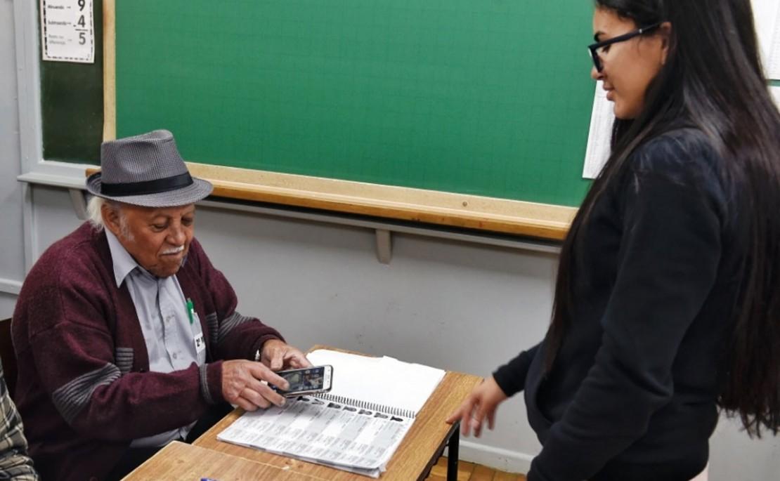 Mesário mais velho de Curitiba tem 82 anos e não quer parar tão cedo