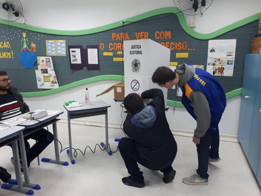 Mesários trocam urna em colégio de Curitiba