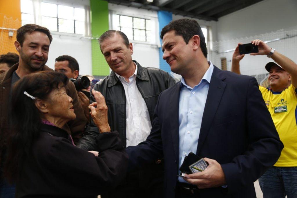 Juiz Sergio Moro vota em Curitiba aplaudido por eleitores