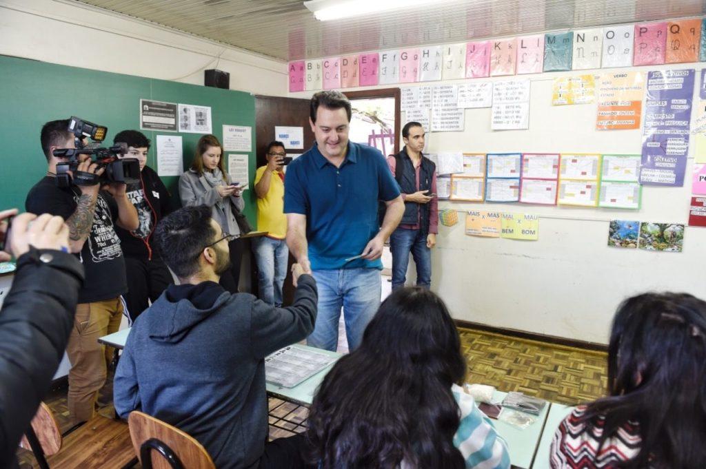 Ratinho Junior vota e reforça apoio a Bolsonaro