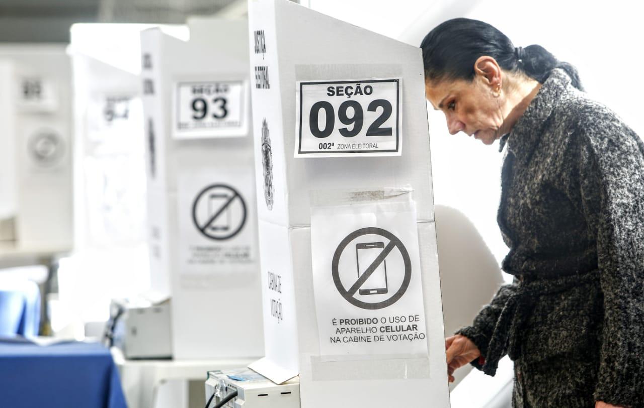 Vídeos das urnas fazem Justiça Eleitoral repensar posição da cabine de votação