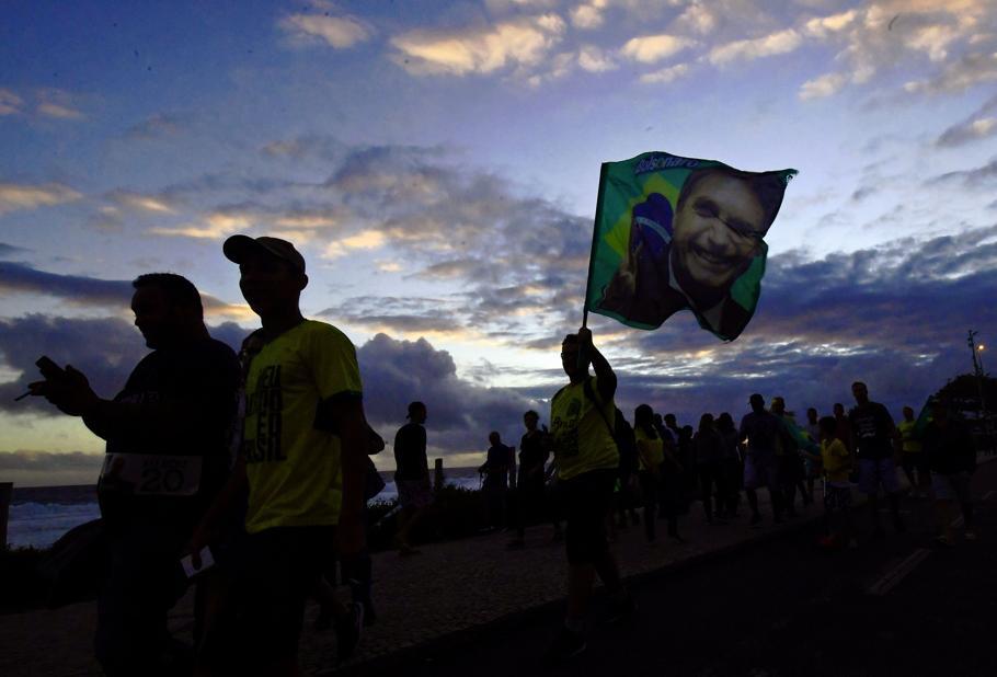 Multidão comemora em frente da casa de Bolsonaro