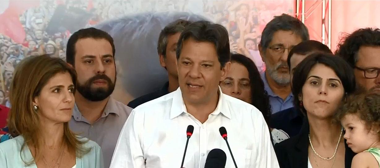 Ao lado de apoiadores, Haddad diz que é importante manter instituições e pede coragem