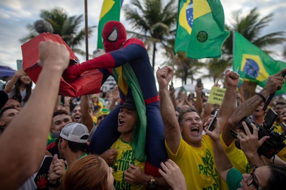 Festa da vitória de Bolsonaro se espalha por todas as regiões do país